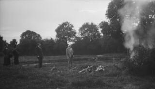 David Lloyd George ac eraill yn gwylio coelcerth a bell.