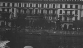 Golygfa ychydig yn aneglur o adeilad mawr ar fin y d?r, sef yr Hotel Villa d'Este. Mae'r ffotograff wedi ei dynnu o'r llyn.