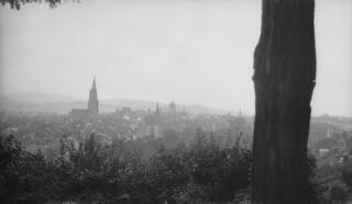 Nenlinell Bern yn dangos crymdoau'r Bundeshaus yn y pellter a meindwr Cadeirlan Bern.