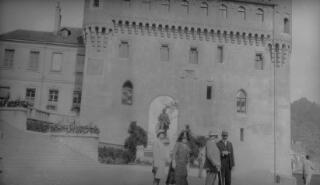 Aelodau gosgordd Lloyd George tu allan i Chateau Sainte-Maire, Lausanne. Tu ôl iddynt mae cofeb i Uwch-gapten Davel.